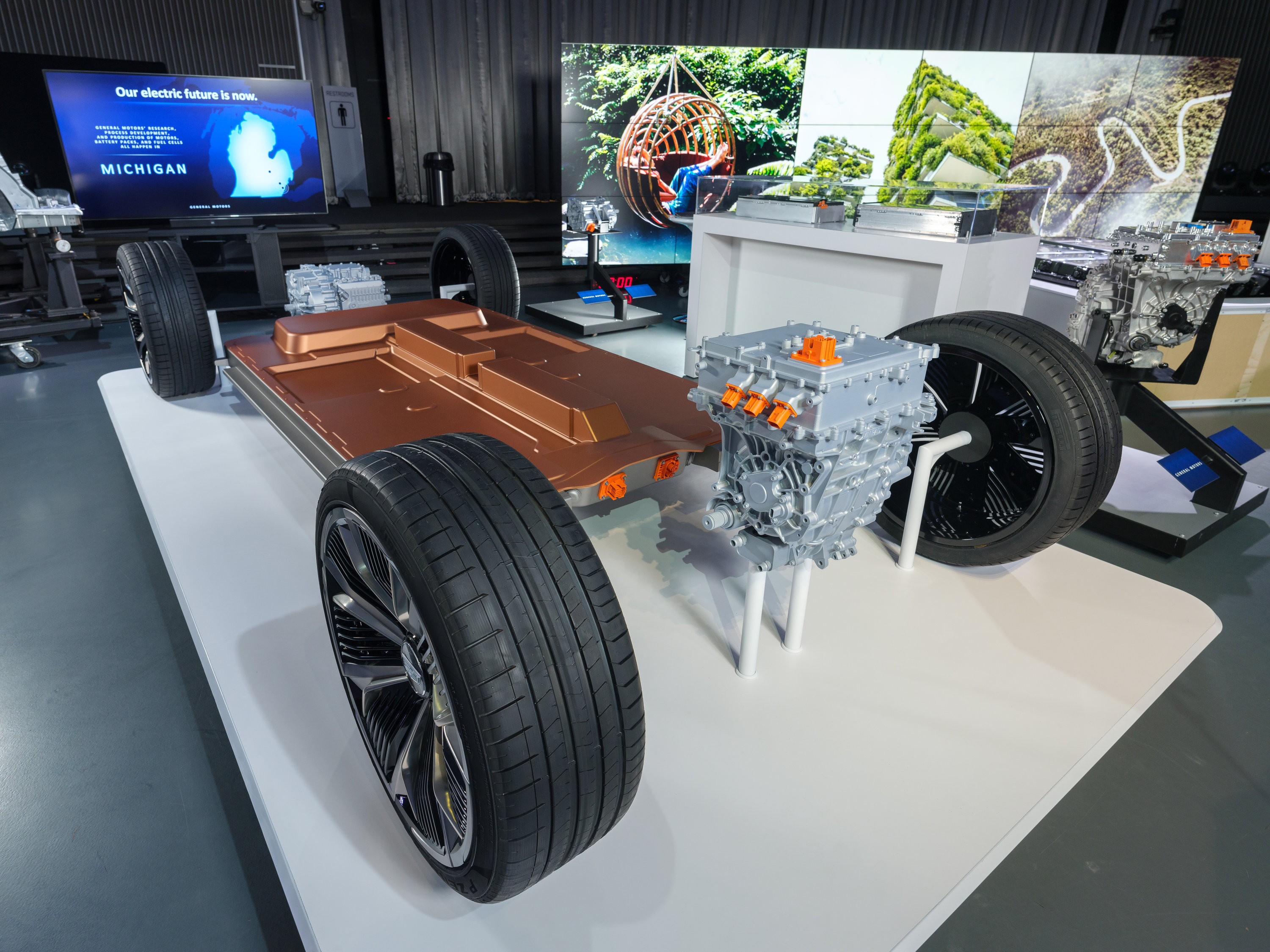 GM reveals new EV platform with lower cost batteries ...